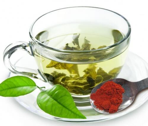 Taza de té verde con pimienta roja