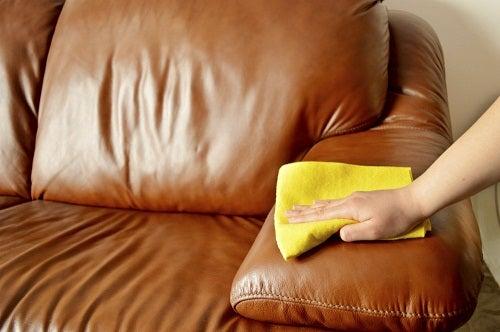Cómo limpiar los muebles de cuero con aceite de coco