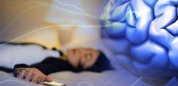 ¿Es malo dormir cerca del móvil?