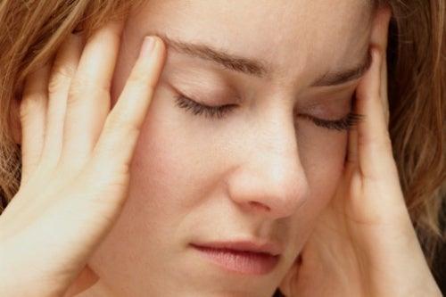 mujer que se lleva la mano a la cabeza estrés crónico