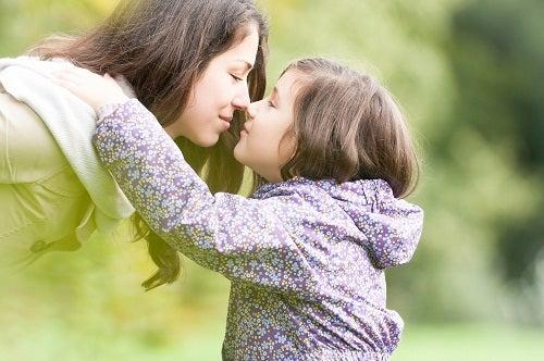 Madre e hija abrazándose mostrando apego seguro, clave para el desarrollo de la personalidad