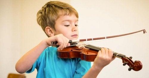 Niño tocando un instrumento musical.