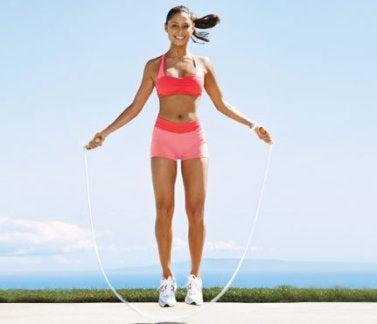 El saltar la cuerda ayuda a bajar de peso