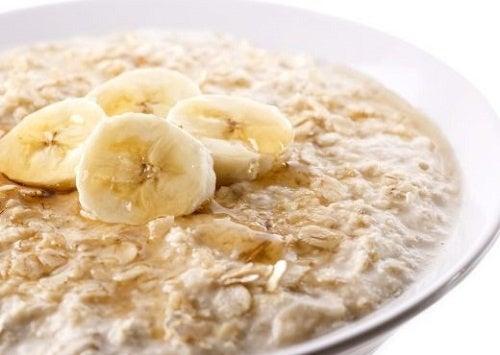 Plato de avena para el desayuno