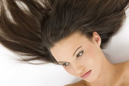 Mulher com um longo cabelo saudável