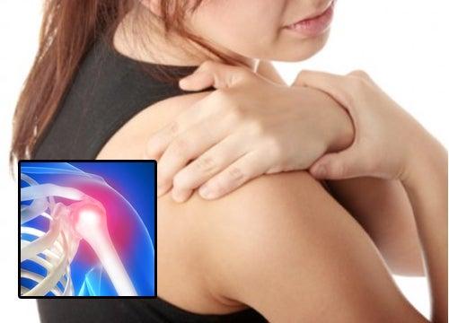 Mujer con dolor en los hombros.