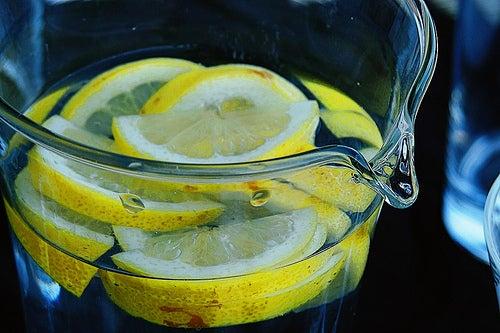 El limón es uno de los principales ingredientes en las infusiones naturales y aguas saborizadas.