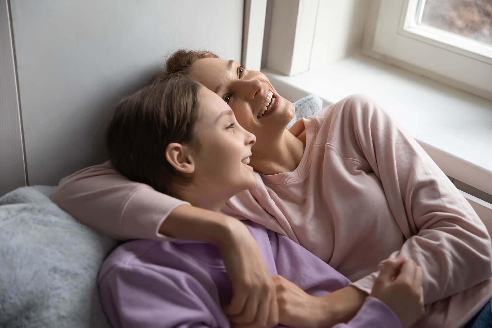 Madre e hija adolescente hablando.
