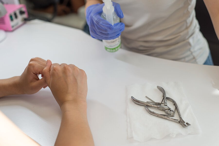 Manicurista desinfectando herramientas