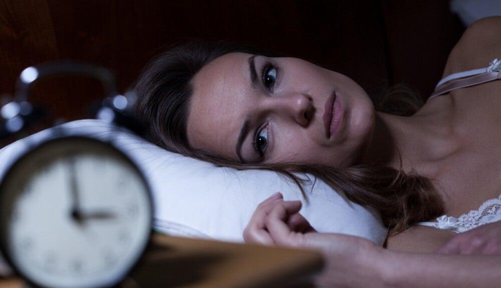 Mujer con insomnio, conseguir dormir mejor
