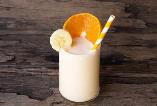 Batido con una rodaja de naranja y plátano