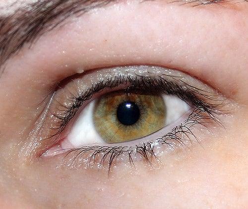 La máscara para la piel alrededor de los ojos del caviar rojo
