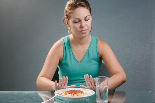 Mujer rechazando un plato