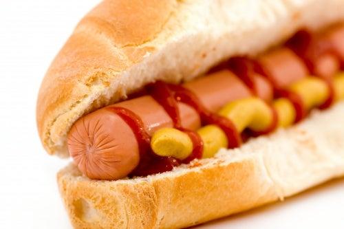 Aditivos de nitrito en las salchichas forman carcinógenos