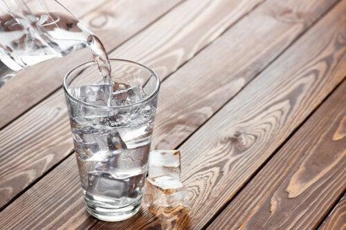 El peligro de beber agua fría después de las comidas