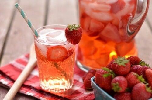 Agua con sabor a fresa.