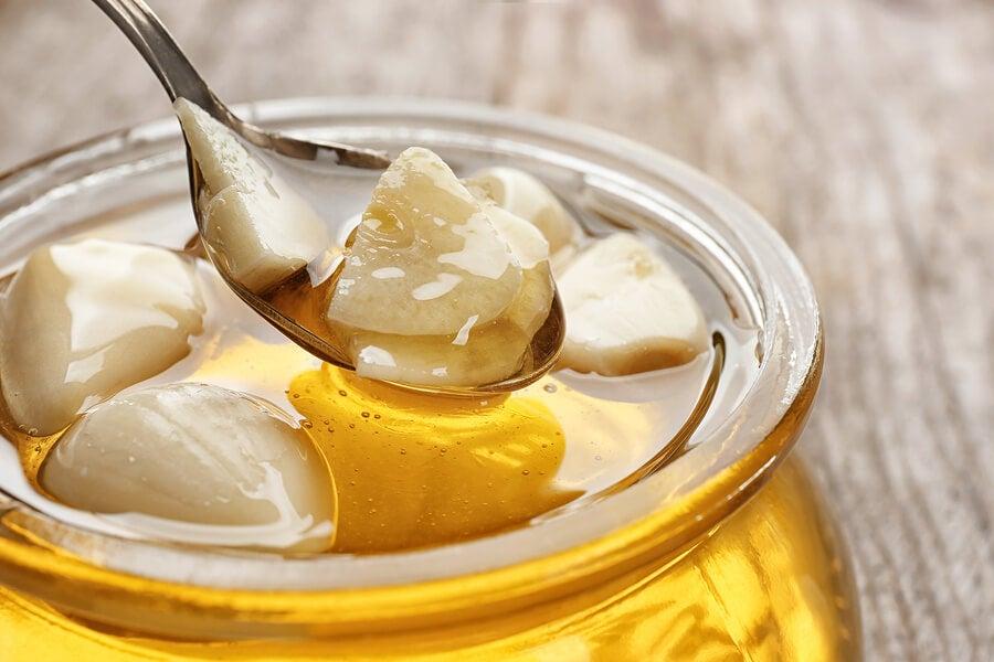 Remedio de ajo, vinagre de manzana y miel para el dolor de garganta
