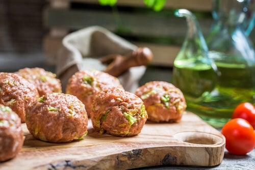 Aprende a hacer estas albóndigas de brócoli, jamón y queso