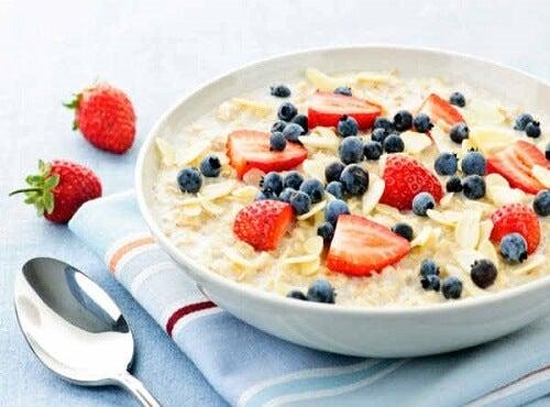 Avena con frutas como ejemplo de desayunos fáciles