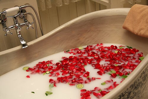 Taking a relaxing bath before going to bed helps you lose weight.