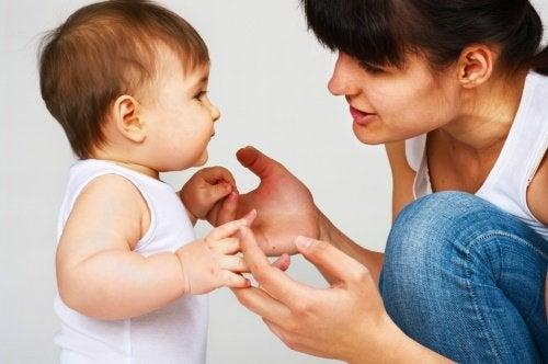 Madre enseñando a hablar a un bebé