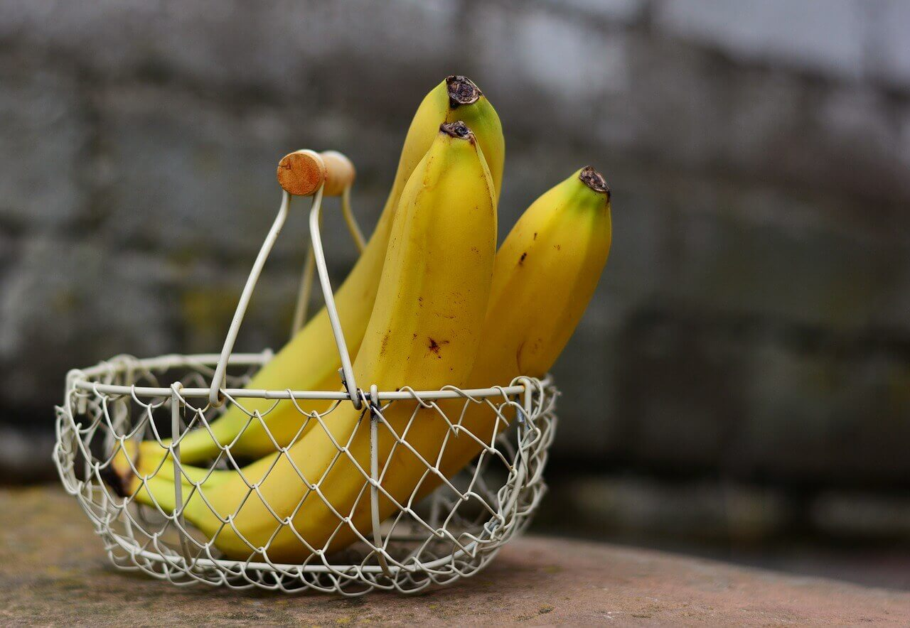 Cesta de plátanos para hacer buñuelos.