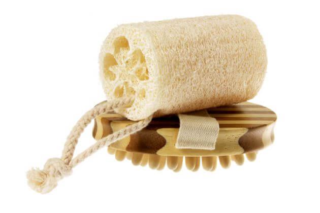 Esponja de luffa natural sobre un cepillo de madera