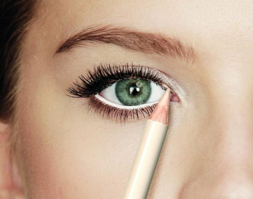 Mujer pintándose los ojos
