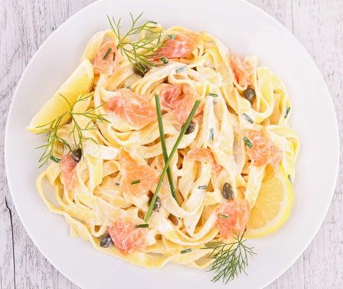 Pasta con salmón y salsa de limón