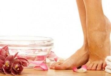 Pies descalzos caminando entre pétalos de flores