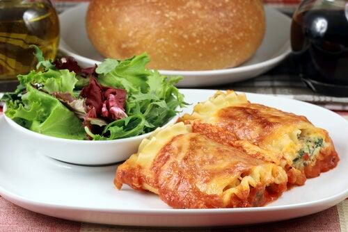 Rollos de lasaña con jamón, queso y espinacas