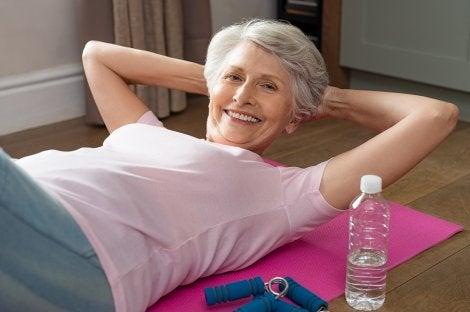 Señora haciendo ejercicio en su yoga mat.