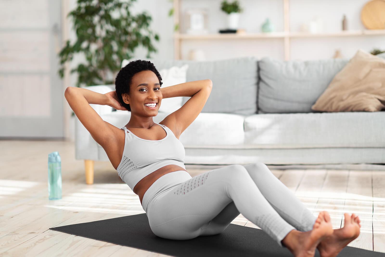 Hay diferentes tipos de abdominales que puedes practicar.