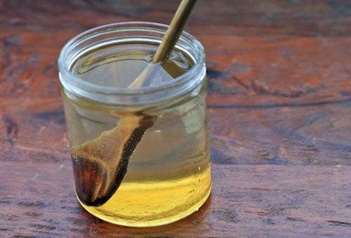 ¿Qué sucede si tomas agua con miel con el estómago vacío?
