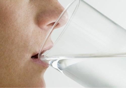 ¿Por qué es bueno beber agua después de levantarse?