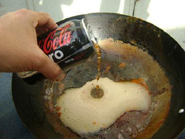 Coca cola limpiando ollas