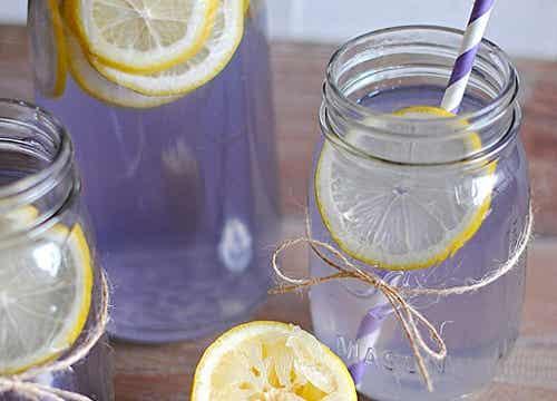 Cómo hacer limonada de lavanda para aliviar el dolor de cabeza y la ansiedad