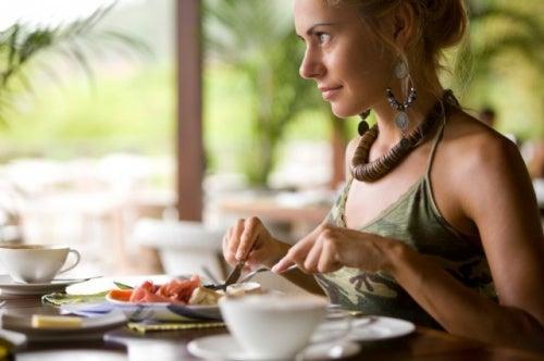 Mujer comiendo despacio