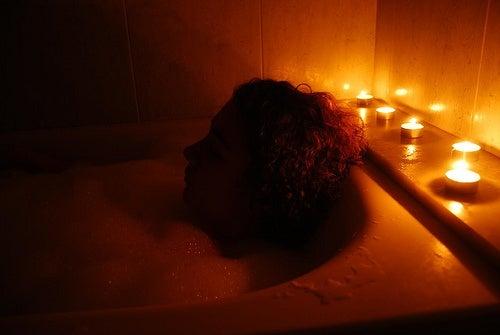 Mujer-en-un-baño-relajante-con-velas