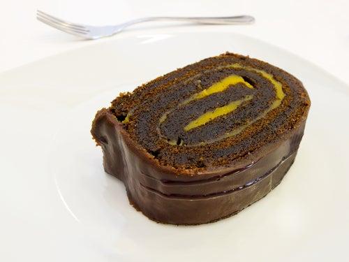 Plato con trozo de brazo gitano de chocolate.
