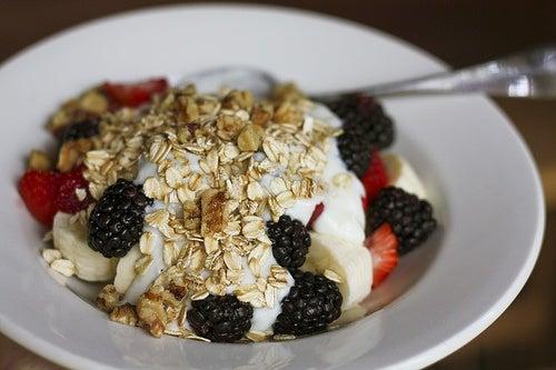 Este plato de leche de avena con moras, fresas y cereales integrales es un desayuno adecuado para aquellos que se levantan con hambre