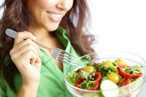 Mujer comiendo una ensalada