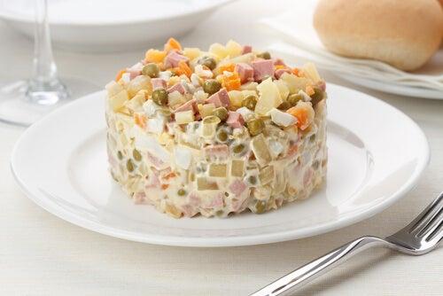Ensalada de patatas asadas con jamón y salsa de yogur