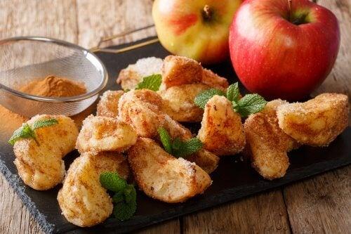 Manzanas fritas en rodajas