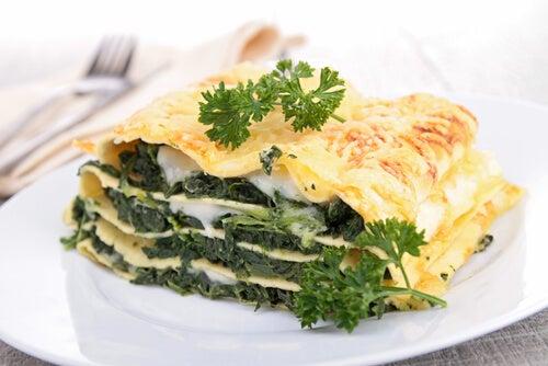 Lasaña de espinacas, pesto y queso