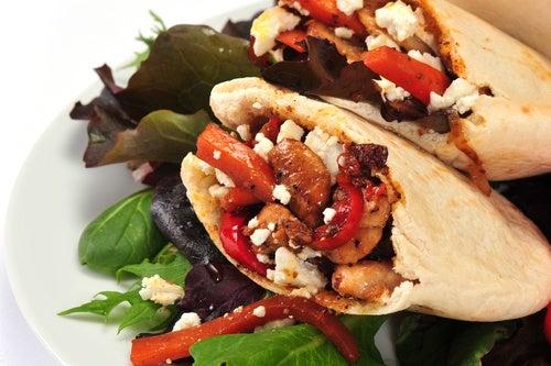 pan pita pollo griego con salsa Tzatziki