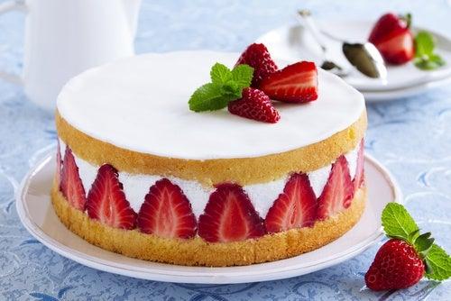 Poke cake de fresas con crema