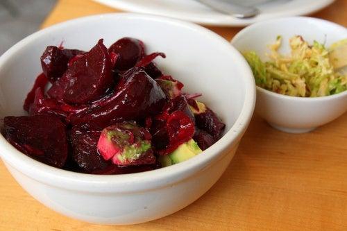 La-remolacha-se-puede-comer-de-diversas-maneras-combinada-con-otros-alimentos.