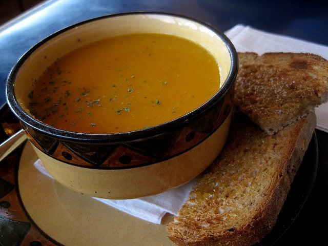 """Descubre esta fabulosa sopa de la """"abuela"""" para prevenir y tratar las gripes"""