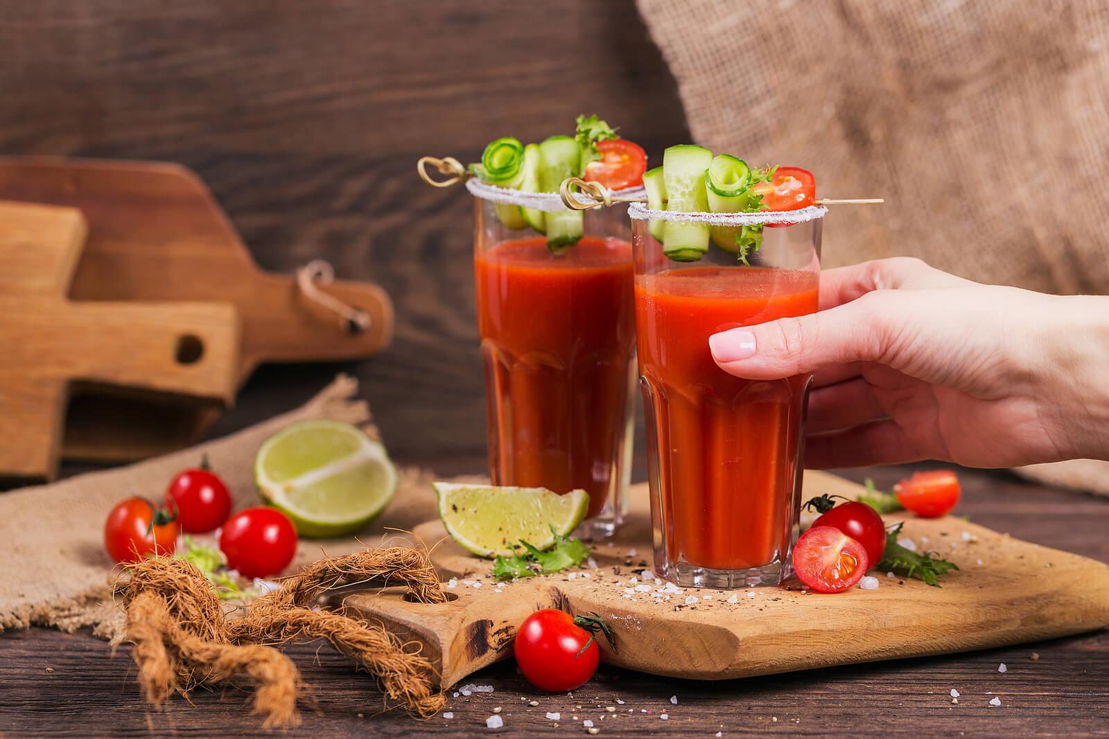 Prueba beber un poco de zumo de tomate y apio.